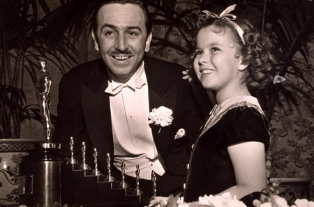 Дисней и 10-летняя Ширли Темпл, вручившая ему «Оскары» за «Белоснежку»